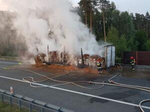 Na autostradzie A2 spłonęła ciężarówka z karmą dla zwierząt