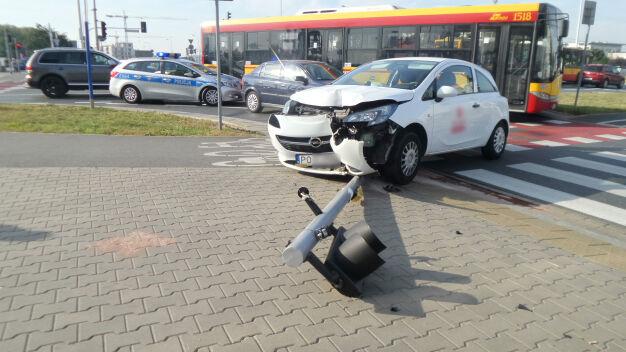 Samochód przewrócił sygnalizator. Ten upadł na dziecko. Ranne