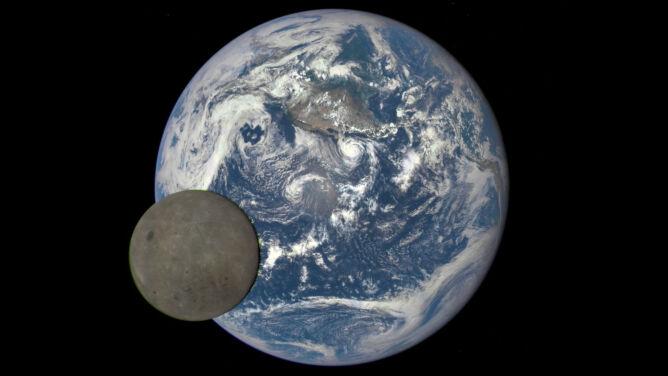 """""""Ciemna"""" strona Księżyca z Ziemią w tle"""