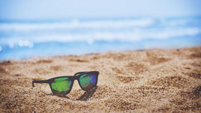 Pięć sprawdzonych trików na tańsze wakacje. Jak podróżować za niewiele więcej niż jeden uśmiech